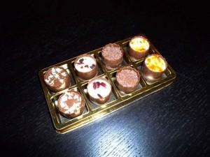 8 pralines gold plastic trays