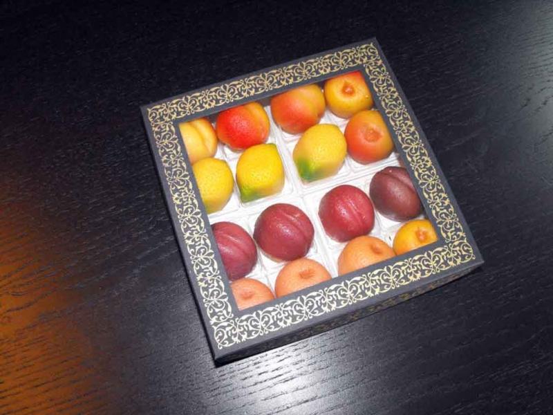Cutie din carton cu fereastra 16 figurine din martipan