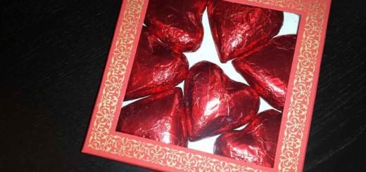 Cutii carton cu fereastra ciocolata inimioare