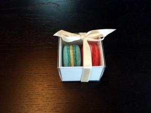 cutii-mici-carton-2-macarons-marturii-nunta-1254-5