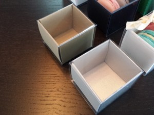 cutii-mici-carton-2-macarons-marturii-nunta-1254-6